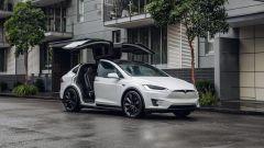 Tesla Model X Long Range: le porte Falcon Wings aperte: effetto wow!