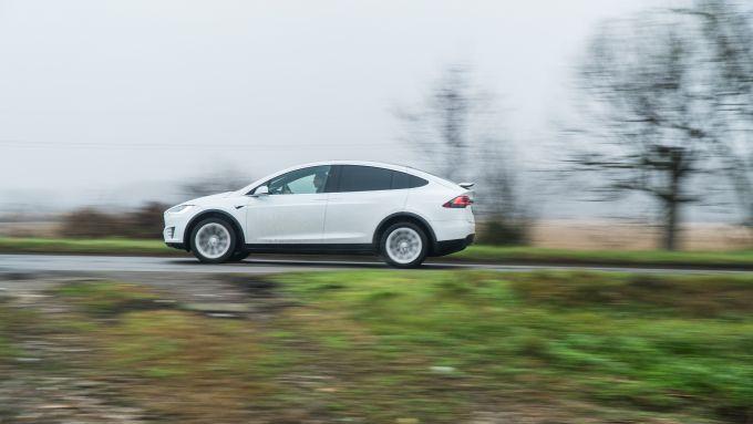 Tesla Model X Long Range: motori elettrici, abitacolo silenzioso