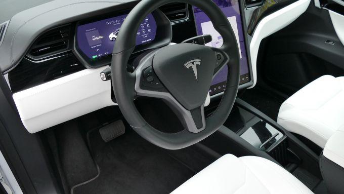 Tesla Model X Long Range: una vista dell'abitacolo moderno e tutto digitale