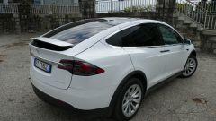 Tesla Model X Long Range: una vista di 3/4 posteriore