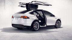 Tesla Model X: portiere e pilota automatico sotto accusa in California