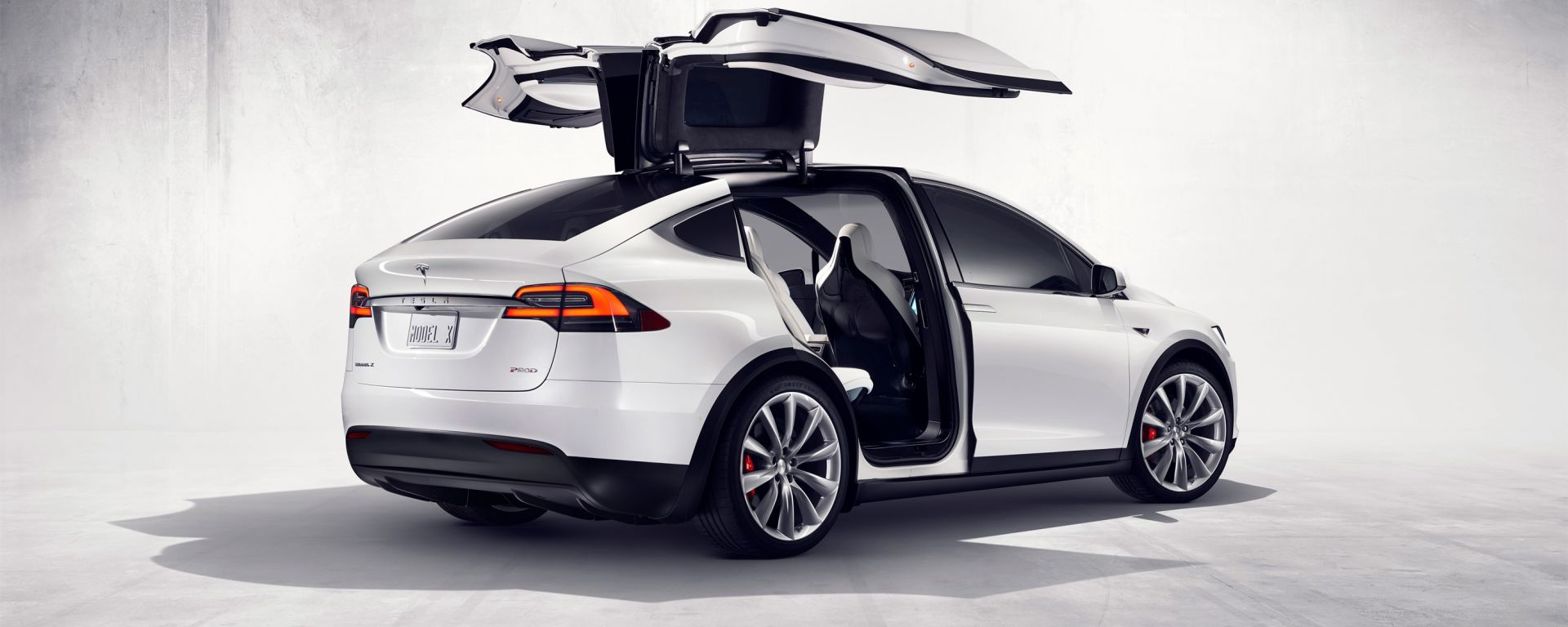 Tesla Model X: portiere e pilota automatico sotto accusa in California