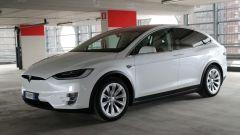 Tesla Model X: vista 3/4 anteriore