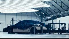 Tesla Model Y: c'è lei sotto al telone?