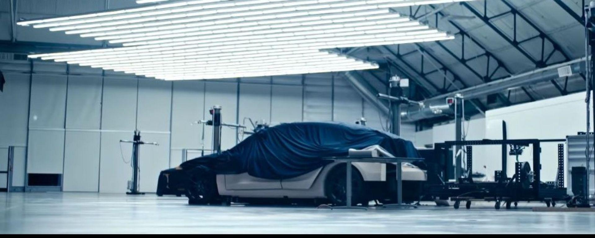 Tesla Model Y: è lei o non è lei l'auto sotto il telo?