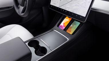 Tesla Model Y: la doppia piastra di ricarica wireless per il telefono