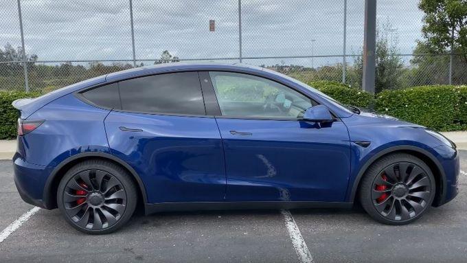 Tesla Model Y, la Model 3 si alza da terra