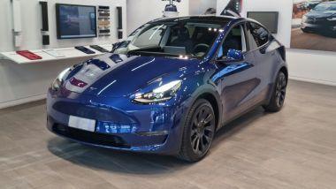Tesla Model Y: l'auto nello showroom milanese di Piazza Gae Aulenti