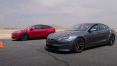 Tesla Model S Plaid sfida Model Y Performance. Drag race in video