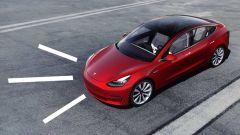 Tesla, l'ultima novità è l'auto che parla ai pedoni? il video