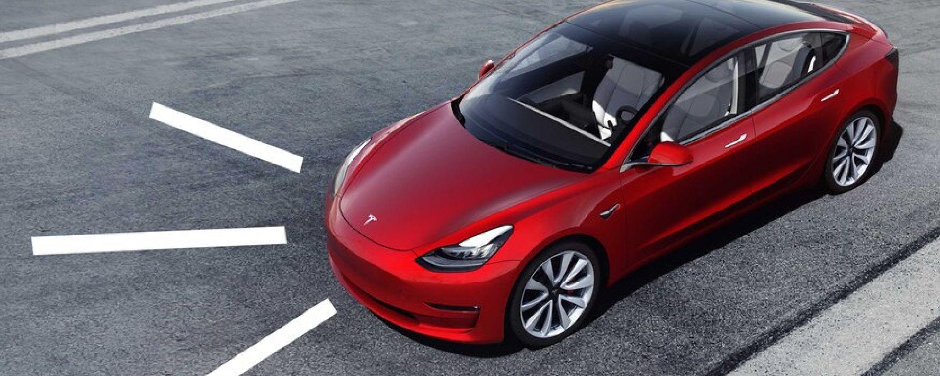 Tesla: presto le auto parleranno ai pedoni