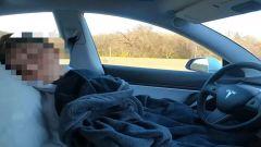 Tesla: ragazzo dorme mentre guida Autopilot per un video su TikTok