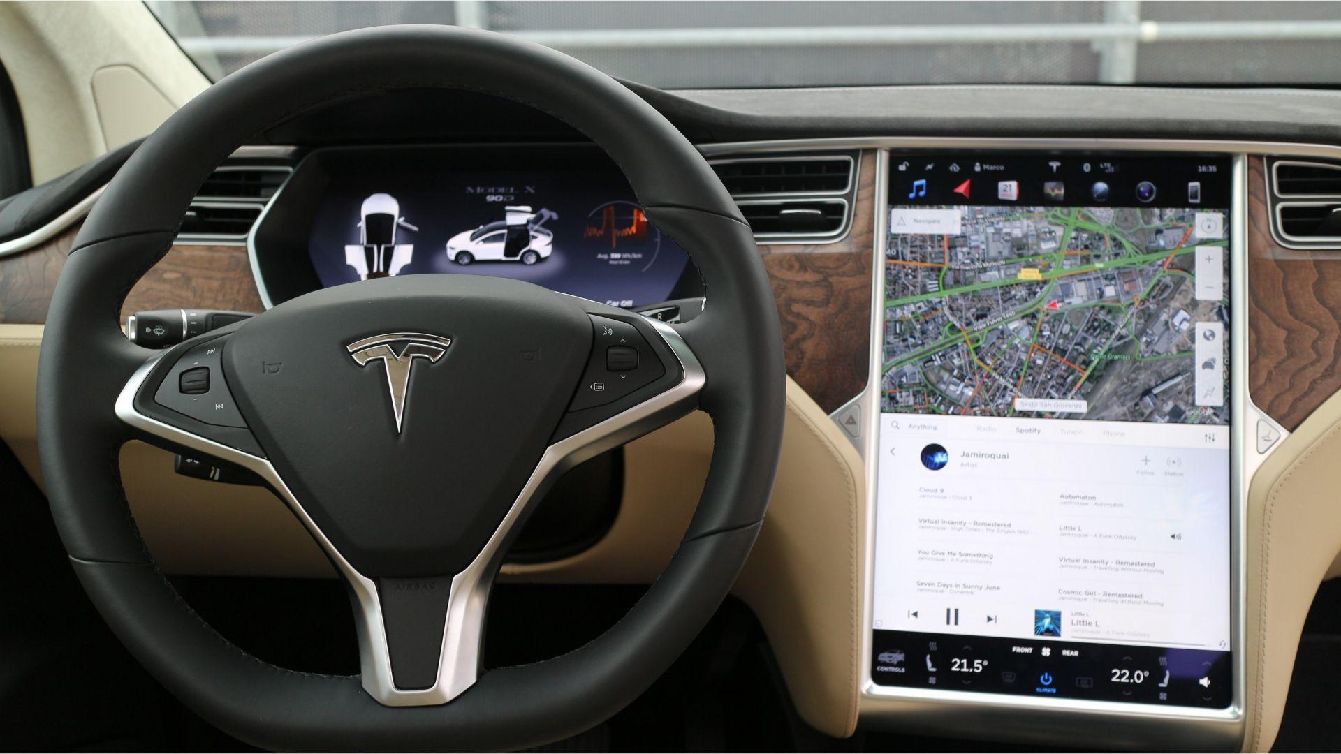 Tesla richiamo per 123 mila model s quali problemi per for 2 piani per 2 box per auto