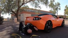 Tesla Roadster nel video YouTube