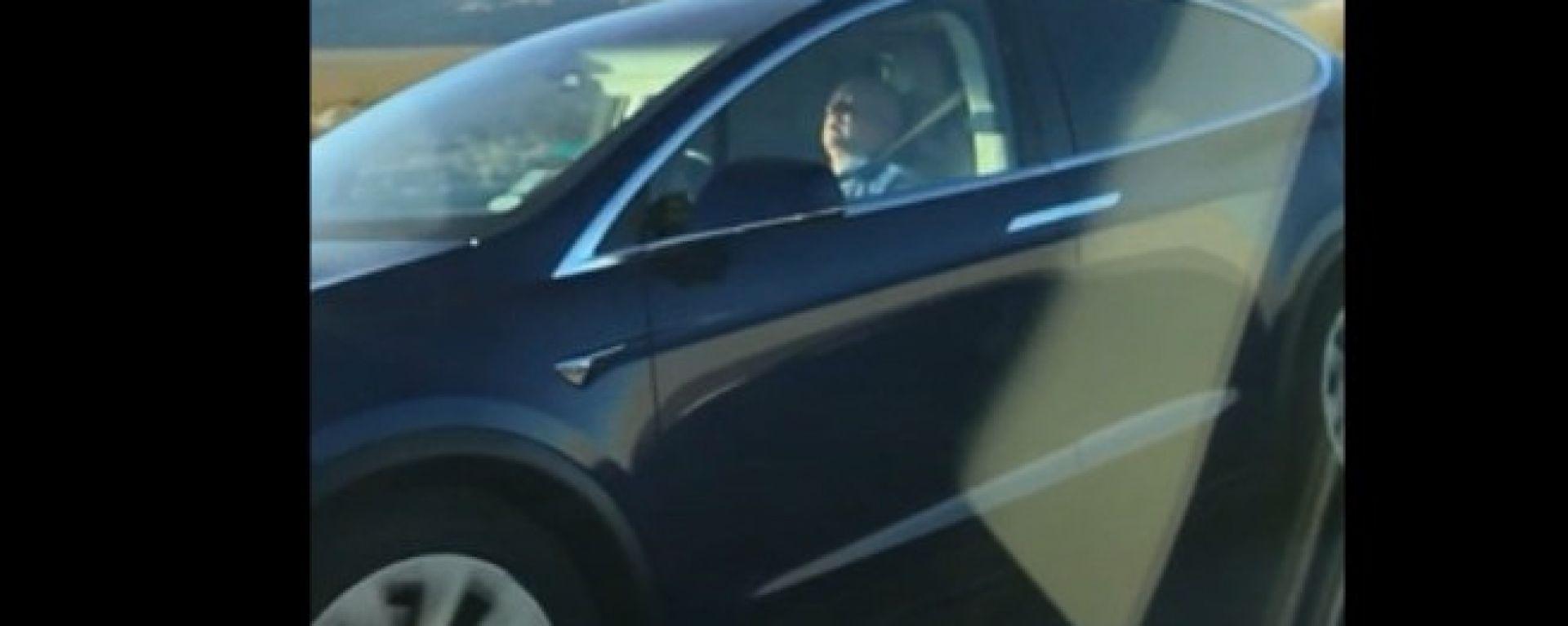 Tesla: si addormenta alla guida e lascia il volante all'autopilot