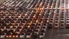 Tesla: un parcheggio pieno di auto alle prese con l'aggiornamento OTA del software