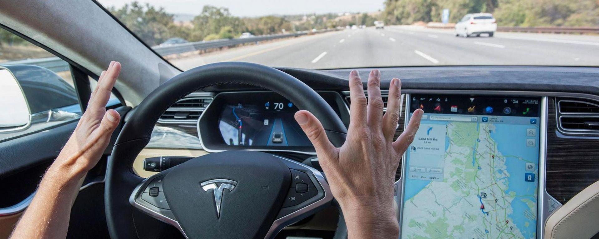 Tesla, un'assicurazione americana offre sconti grazie all'autopilot