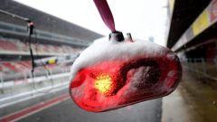 Test F1 2018 Barcellona Day 3, semaforo Ferrari con la neve