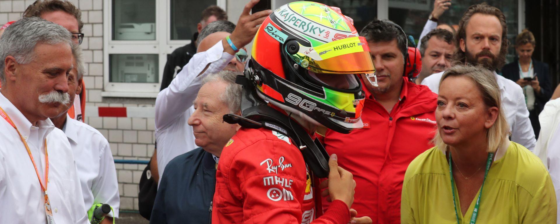Test F1 Bahrain 2019: Chase Carey (Liberty Media), Mick Schumacher (Ferrari) e la sua manager Sabine Kehm