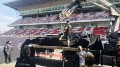 Test F1 Barcellona-2 - Day 1, Il carro attrezzi riporta ai box la Mercedes di Valtteri Bottas