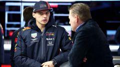 Test F1 Barcellona-2, day 4: Max Verstappen parla ai box Red Bull con papà Jos