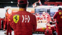 Test F1 Barcellona-2, Leclerc osserva i meccanici al lavoro sulla SF90