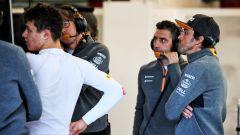 Test F1 Barcellona 2019, Alonso si confronta con gli ingegneri ai box