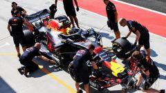 Test Hungaroring 2018, seconda giornata, Jake Dennis al pit stop con la Red Bull