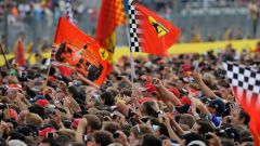 Tifosi Ferrari sotto il podio del Circuito di Monza - GP Italia