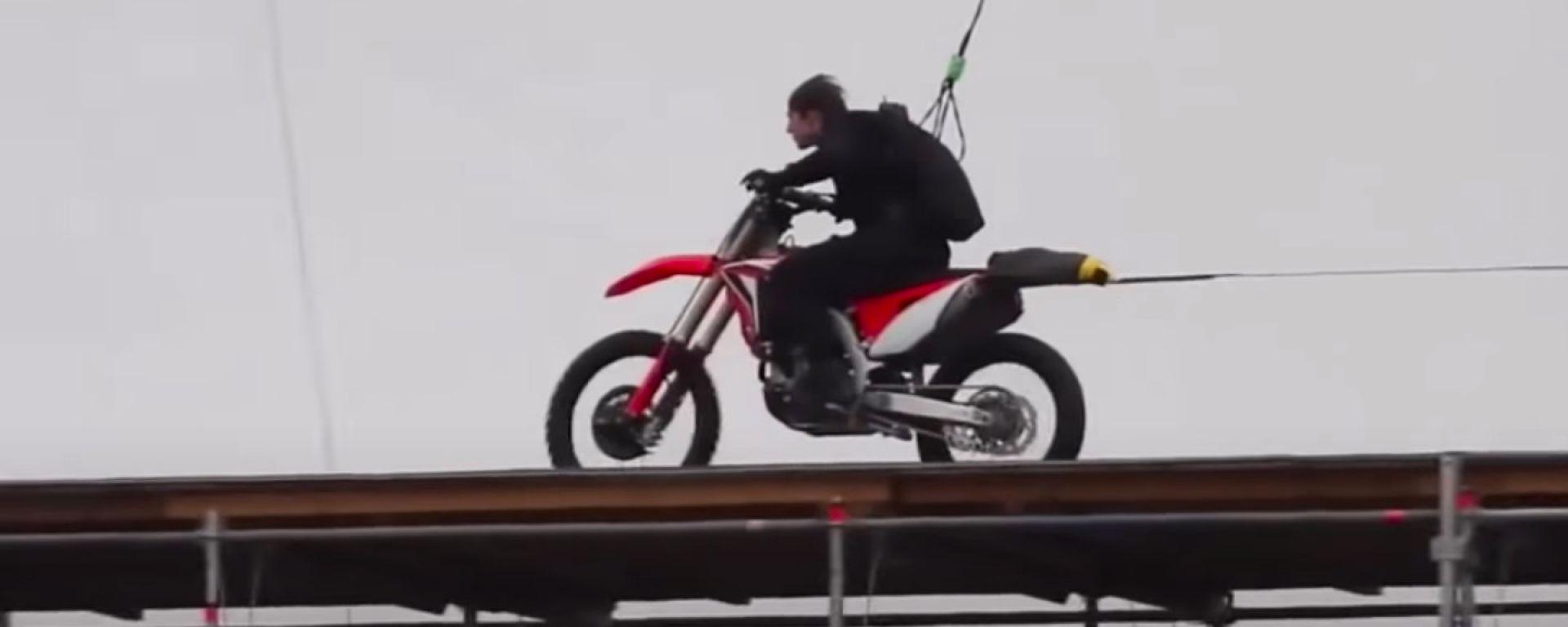 Tom Cruise sulla Honda CRF450 durante le riprese di