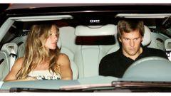 Tom Hardy alla guida con la moglie Gisele Bundchen