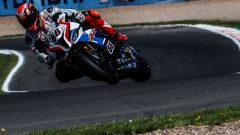 Tom Sykes (BMW) in pista a Donington