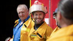 Tom Sykes, pilota BMW WSBK, in versione pompiere