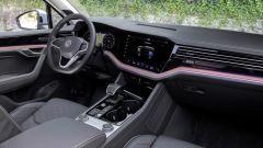 Touareg eHybrid 2021, interni: abitacolo anteriore