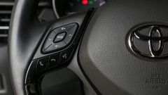 Toyota C-HR 1.2 Active: comandi al volante per impianto audio e telefonate