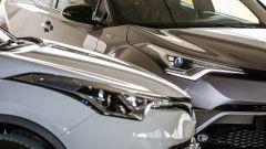 Toyota C-HR Hybrid  (grigia) e Toyota C-HR 1.2 Turbo (bianca) a confronto