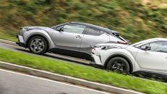 Toyota C-HR Hybrid  vs Toyota C-HR 1.2 Turbo: l'ibrida consuma meno