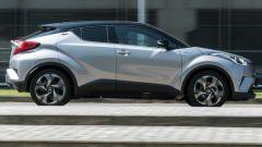 Toyota C-HR ibrida vista dinamica laterale