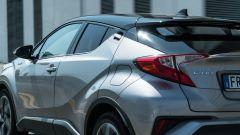 Toyota C-HR ibrida vista dinamica luce posteriore