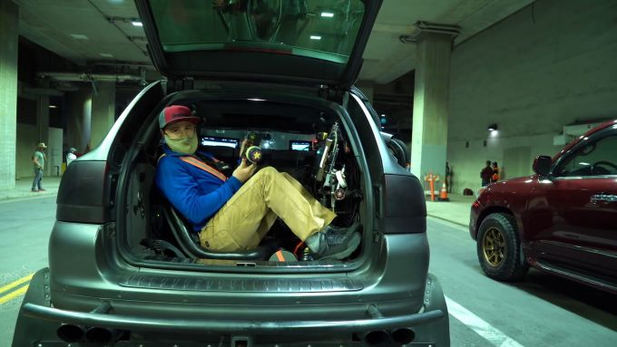 Toyota GR Supra, backstage del video The Pitch: la postazione nel bagagliaio della Porsche Cayenne camera car