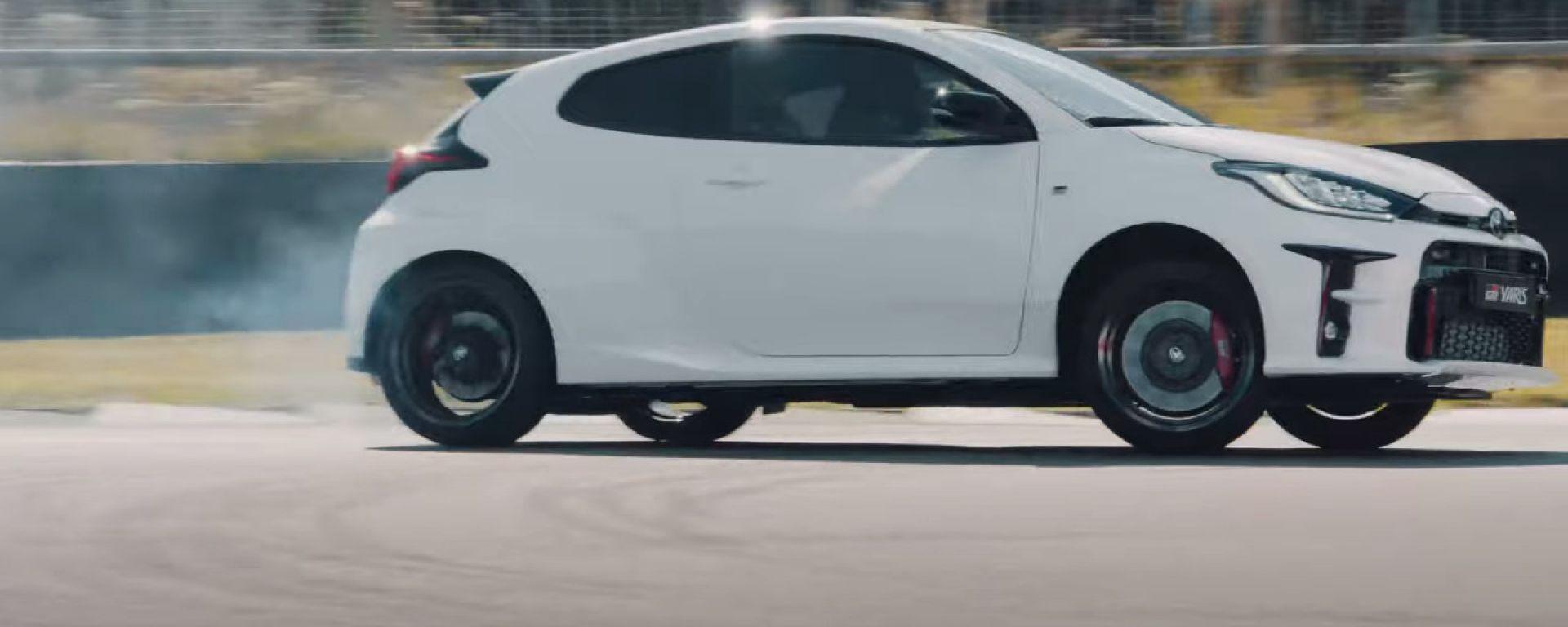 Toyota GR Yaris: piccola bomba all'opera nel video