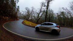 Toyota GR Yaris: sull'asfalto bagnato il 4x4 aiuta...