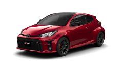 Toyota GR Yaris: visuale di 3/4 anteriore della versione rossa