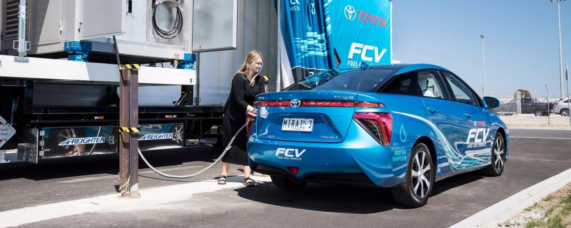 Toyota Mirai FCV: prima del rifornimento l'idrogeno viene compresso fino a 700 bar