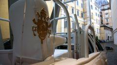 Toyota Mirai papamobile: dettaglio dello stemma pontificio