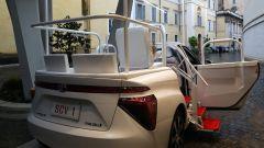 Toyota Mirai papamobile: una scaletta estensibile agevola l'ingresso del Pontefice