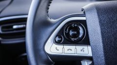 Toyota Prius Plug-In 2017 - la prova su strada, i comandi al volante