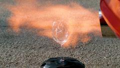 Toyota Supra: lo scoppio allo scarico sbriciola il bicchiere