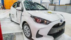 Toyota Yaris 2020, danni da impatto laterale contro lampione