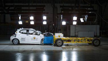 Toyota Yaris 2020, test di impatto frontale asimmetrico contro struttura deformabile su carrello mobile